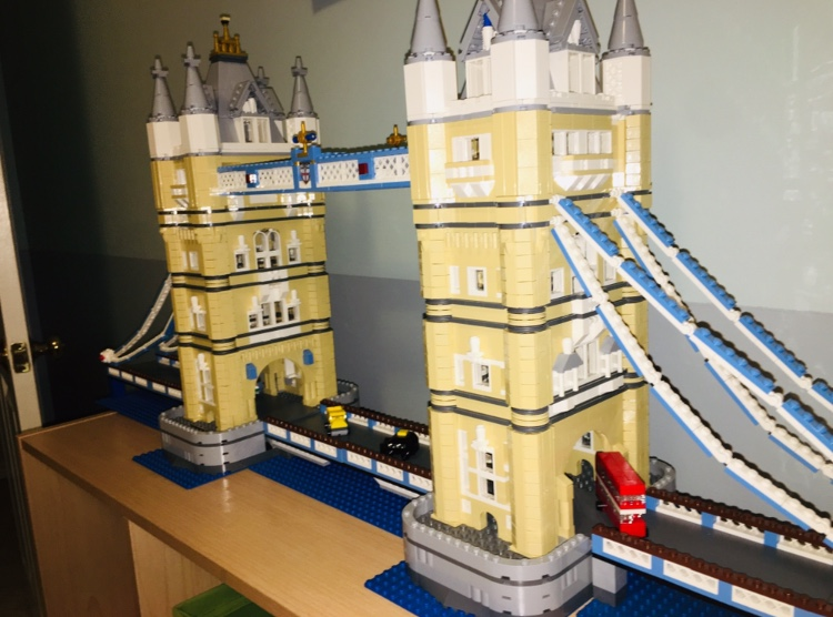 A+LEGO+version+of+the+London+Bridge.
